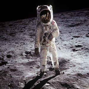 قدمهای انسان بر روی کره ماه
